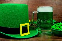 День ` s St. Patrick на деревянной предпосылке Стоковые Изображения RF