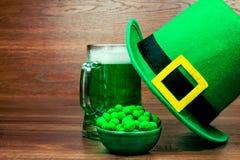 День ` s St. Patrick на деревянной предпосылке Стоковое Изображение RF