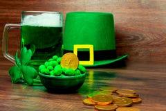 День ` s St. Patrick на деревянной предпосылке Стоковое Фото