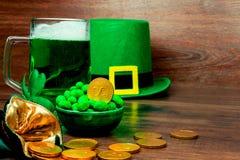 День ` s St. Patrick на деревянной предпосылке Стоковая Фотография