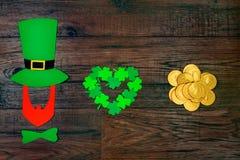 День ` s St. Patrick на деревянной предпосылке Стоковое фото RF