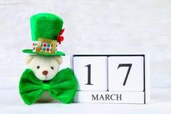 День ` s StPatrick Деревянный календарь показывая 17-ое марта зеленый шлем Стоковые Фото