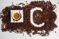 Депозиты обнаруженный местонахождение заваренный кофе чашки кофейного зерна и изображение письма c стоковое изображение