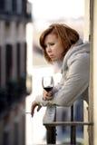 Депрессия и стресс привлекательной женщины страдая outdoors на балконе Стоковые Изображения RF