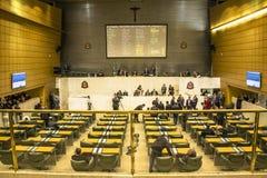депутаты государства обсуждают законы внутри законодательная ассамблея стоковые фото