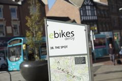 Дерби, Дербишир, Великобритания: Октябрь 2018: знак Дерби ebikes стоковое изображение
