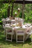Деревенская внешняя сервировка стола для приема по случаю бракосочетания Стоковое Изображение RF