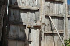 Деревенская дверь замка стоковая фотография rf