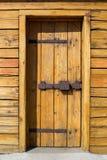 Деревенская деревянная дверь крепости с старой железной защелкой Стоковая Фотография RF