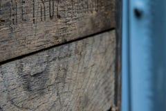 Деревенская деревянная клеть с металлом стоковое фото rf