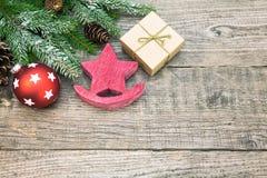 Деревенская деревянная звезда рождества с подарочной коробкой и елью разветвляет Стоковая Фотография RF