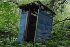 Деревенская деревянная уборная во дворе стоковое изображение rf
