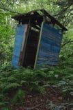 Деревенская деревянная уборная во дворе стоковое фото rf