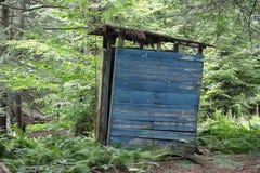 Деревенская деревянная уборная во дворе стоковые фотографии rf