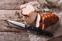 Деревенская еда: зажаренная в духовке грудь индюка на таблице горизонтальная верхняя часть Стоковые Изображения RF