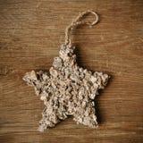 Деревенская звезда рождества на деревянной поверхности Стоковые Фотографии RF