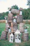 Деревенская зона фото свадьбы Ручной работы украшения свадьбы включают будочку фото, деревянные бочонки и коробки, фонарики, чемо Стоковые Фото
