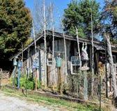 Деревенская кабина и Birdhouses Стоковая Фотография
