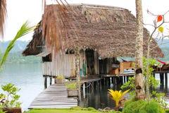 Деревенская кабина пляжа на ходулях над водой на пляже Стоковая Фотография RF
