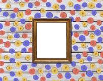 Деревенская картинная рамка с цветком маргаритки серии на деревянном столе Стоковые Фотографии RF
