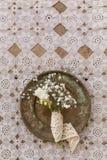 Деревенская концепция свадьбы Малое bouq цветков fresia и гипсофилы стоковые изображения rf
