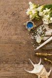 Деревенская концепция свадьбы Цветки, подсвечники и seashells стоковые изображения