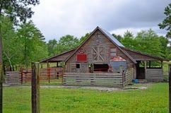 Деревенская конюшня лошади на ферме страны Стоковые Фотографии RF
