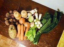 Деревенская куча свежих овощей на таблице Стоковые Фото