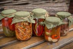 Деревенская домодельная консервация сортировано стоковая фотография rf