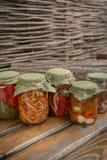 Деревенская домодельная консервация сортировано стоковые изображения rf