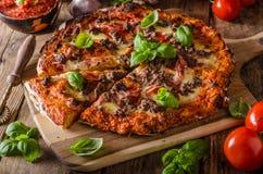 Деревенская пицца с семенить мясом стоковые фотографии rf