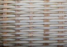 Деревенская плетеная корзина текстуры Ocher и коричневые тоны стоковые фото