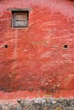 Деревенская покрашенная стена в Мексике стоковые фото