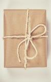 Деревенская подарочная коробка пакетов с бумагой kraft Стоковое фото RF