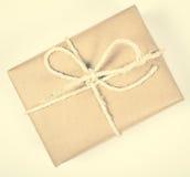 Деревенская подарочная коробка пакетов с бумагой kraft Стоковое Фото