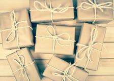Деревенская подарочная коробка пакетов с бумагой kraft Стоковая Фотография