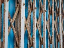 Деревенская раздвижная дверь металла Стоковые Фотографии RF