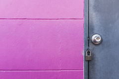 Деревенская серая дверь металла с замком на розовой стене стоковое изображение rf