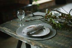 Деревенская сервировка стола на деревянном столе Стоковые Фото