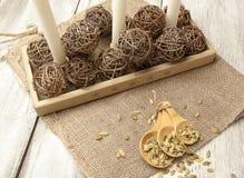 Деревенская сервировка стола с зелеными семенами тыквы в деревянной ложке Стоковые Изображения