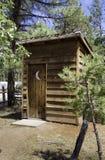 Деревенская старая западная пионерская уборная во дворе Стоковое Фото