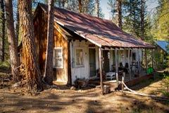Деревенская старая кабина в глуши Айдахо Стоковые Изображения