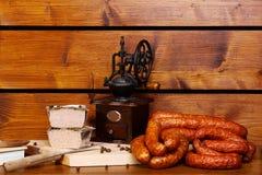 Деревенская таблица с сосиской и жарким Стоковое фото RF