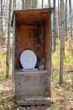 Деревенская уборная во дворе на лагере звероловства стоковое фото rf