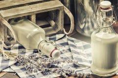 Деревенская установка с бутылками парного молока стоковая фотография rf