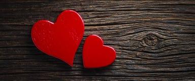 Деревенские красные сердца стоковые фото