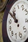 Деревенские настенные часы 5 до 12 Стоковые Изображения