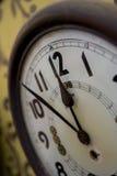 Деревенские настенные часы 5 до 12 Стоковые Изображения RF
