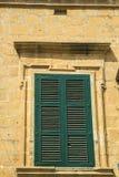 Деревенские окна на европейских старых домах Стоковые Фотографии RF