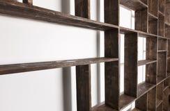 Деревенские полки стиля на белой стене Стоковые Изображения